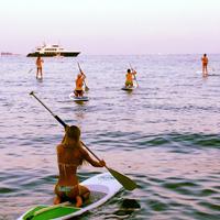 Une jolie fille sur un Stand up Paddle à Cannes